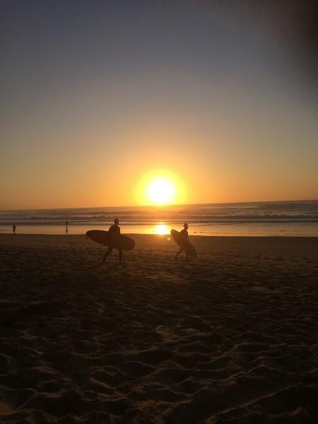 surfeur au coucher de soleil